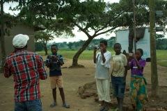 Nakiza und Emmerie machen ein Foto von Eric Mubalama