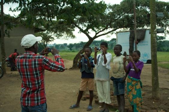 Eric Mubalama macht ein Gruppenbild