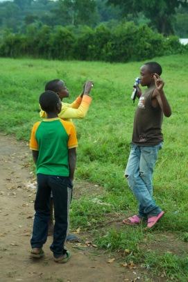 Emmanuel schießt ein Foto von Janvier