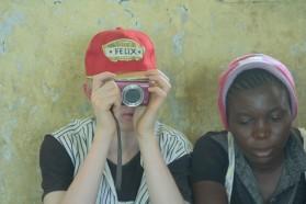 Felix versucht ein Foto auf seiner Kamera zu löschen