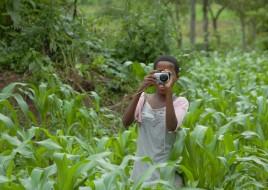 Fotospaziergang- Nakiza macht ein Foto aus einem Feld heraus