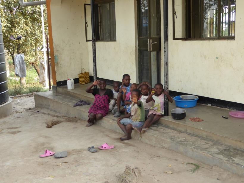 Die Kleinsten vor ihrem Haus