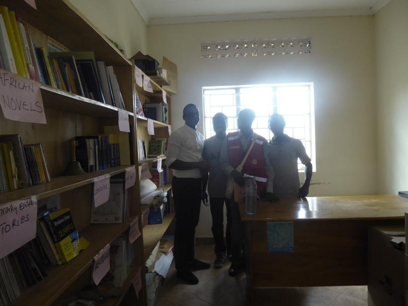 Die Bibliothek des Youth Centre mit größtenteils englischsprachiger Literatur (die meisten Jugendlichen sprechen Französisch oder Kisuaheli)