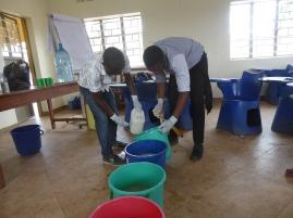 Yves und Michael fügen der Seife Wasser hinzu